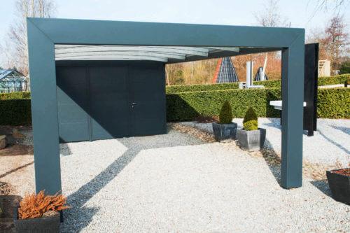 Dunkelblauer Carport aus Alu mit Tür und Raum am Ende