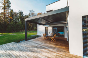 Terrassenüberdachung mit scharzen Pfosten und schwarzen Lamellen