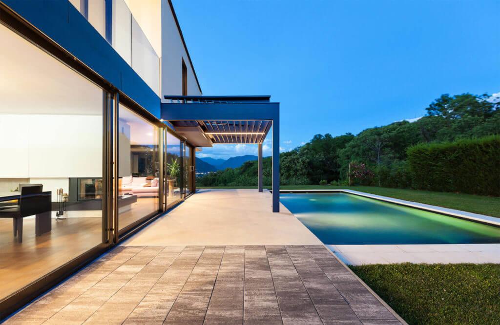 Lamellen-Terrassenüberdachung vor Pool an Villa