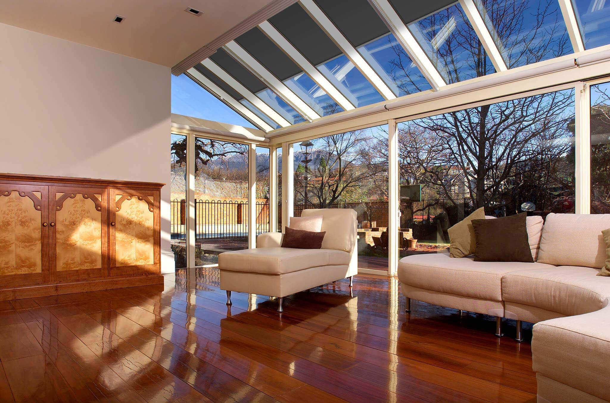Kaltwintergarten mit Sonnenschutz auf geneigten Dachfenstern