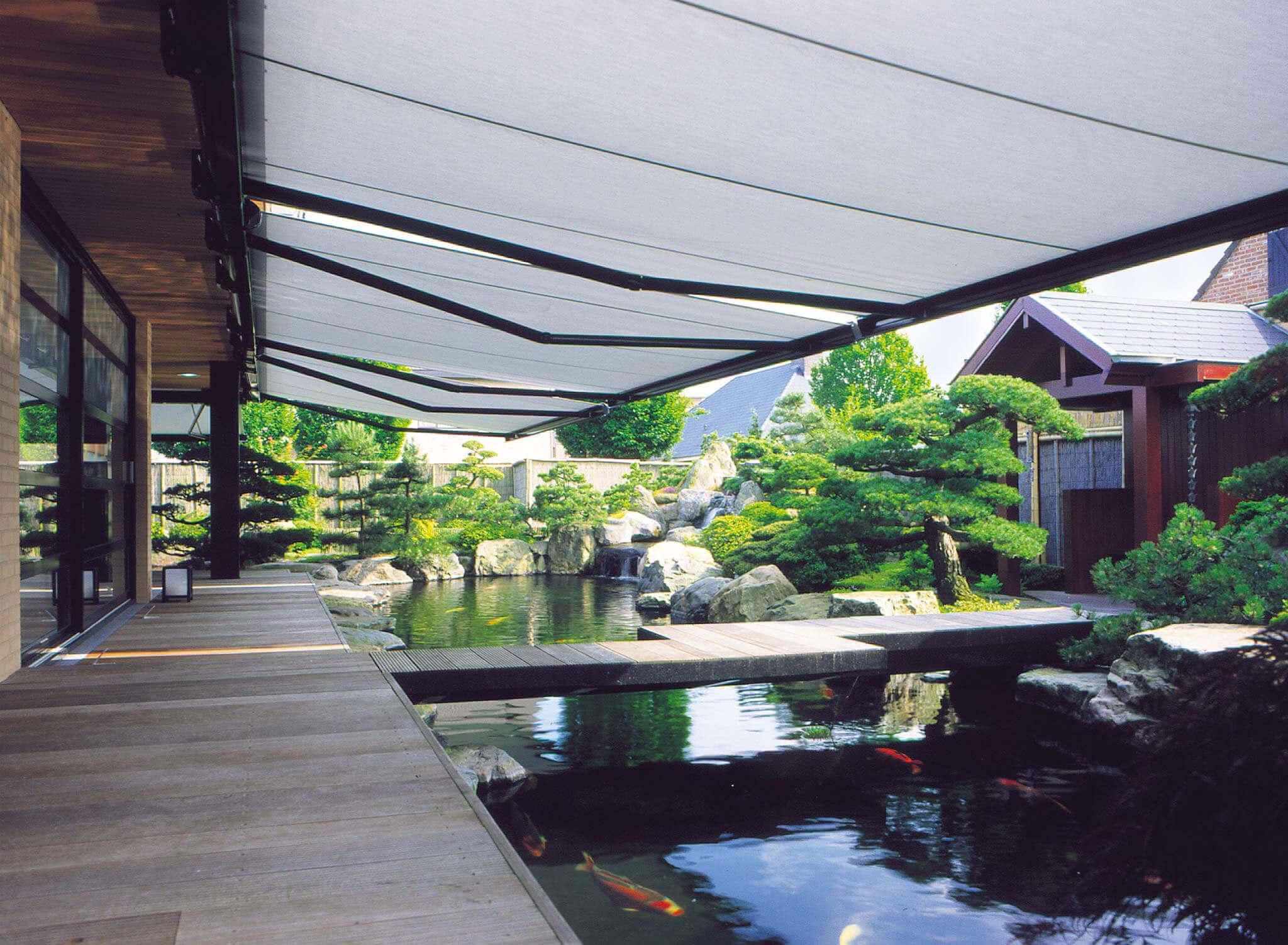 Große Markise, die aus mehreren Modulen besteht, an einem japanischen Garten