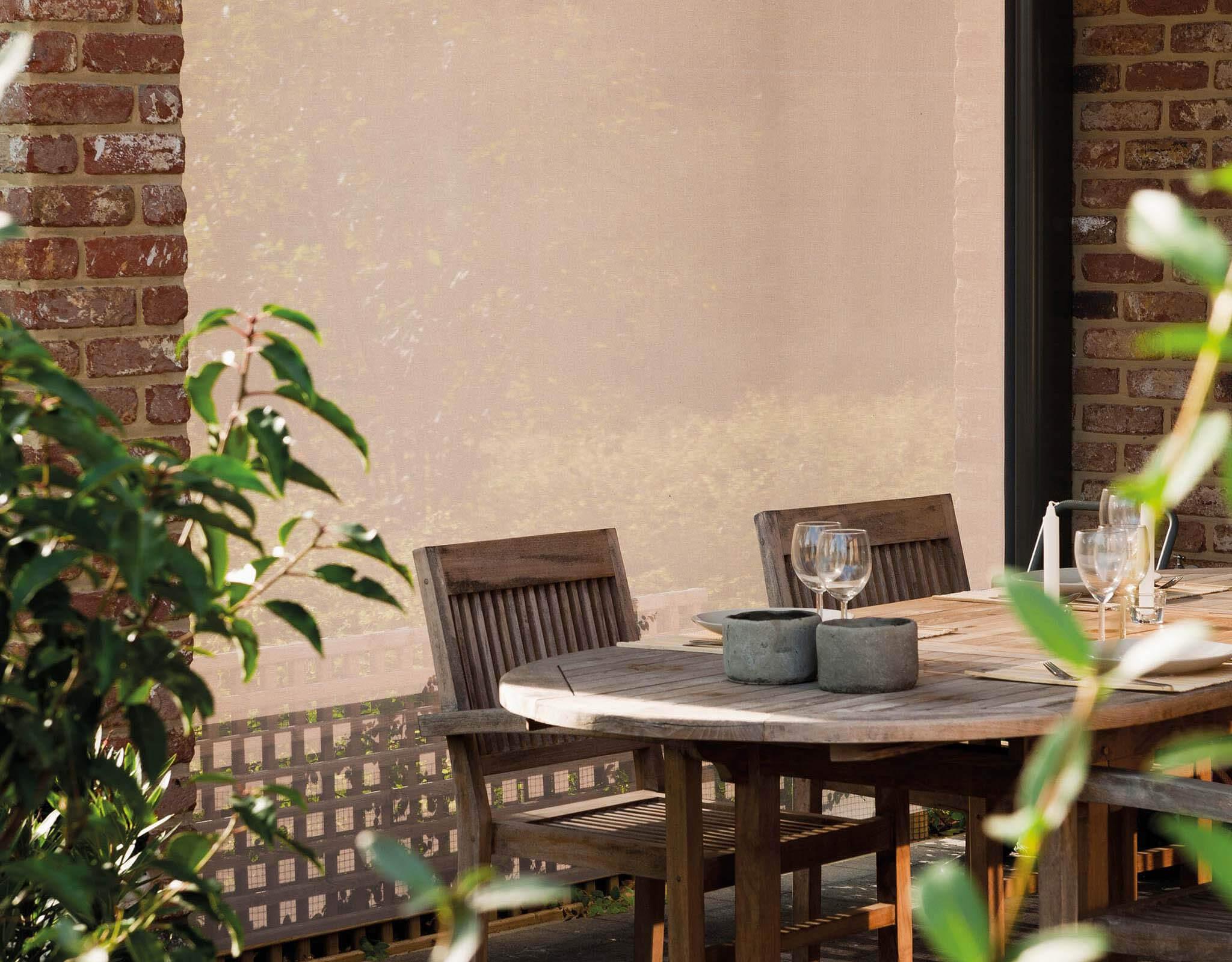 Eine beige/braune Seitenmarkise bzw. Senkrechtmarkise als Sonnenschutz bzw. Windschutz