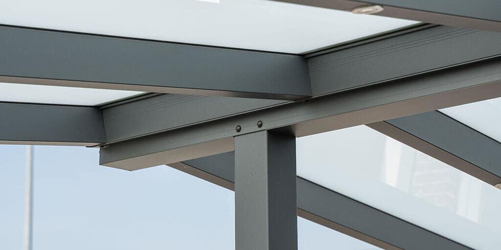 Aluminium-Träger und milchige Verglasung einer Terrassenüberdachung