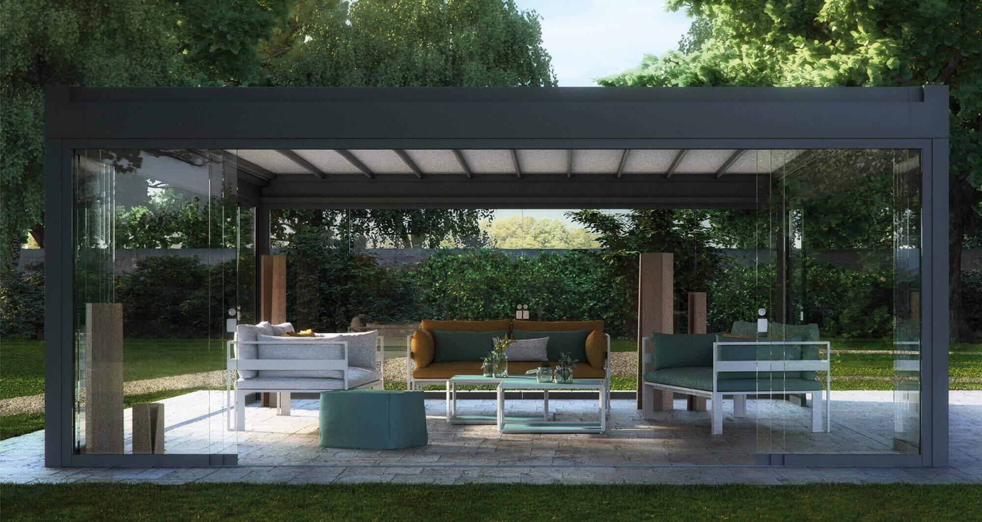 Relaxdach Falt freistehend auf Platten in Garten mit Glasschiebewänden; innen drinnen mehrere Sitzgelegenheiten und ein kleiner Tisch
