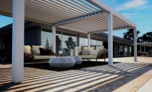 Luxus-Lamellen-Terrassenüberdachung freistehend vor moderner Villa