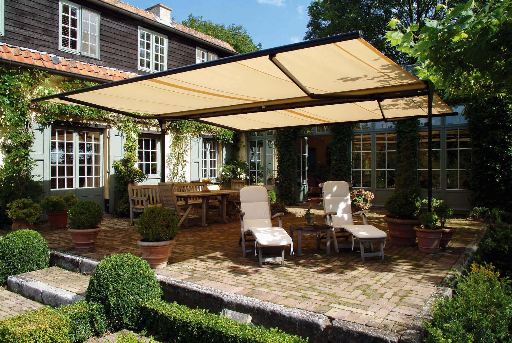 Pergola auf Terrasse über Stühlen, Tisch und Sonnenliegen
