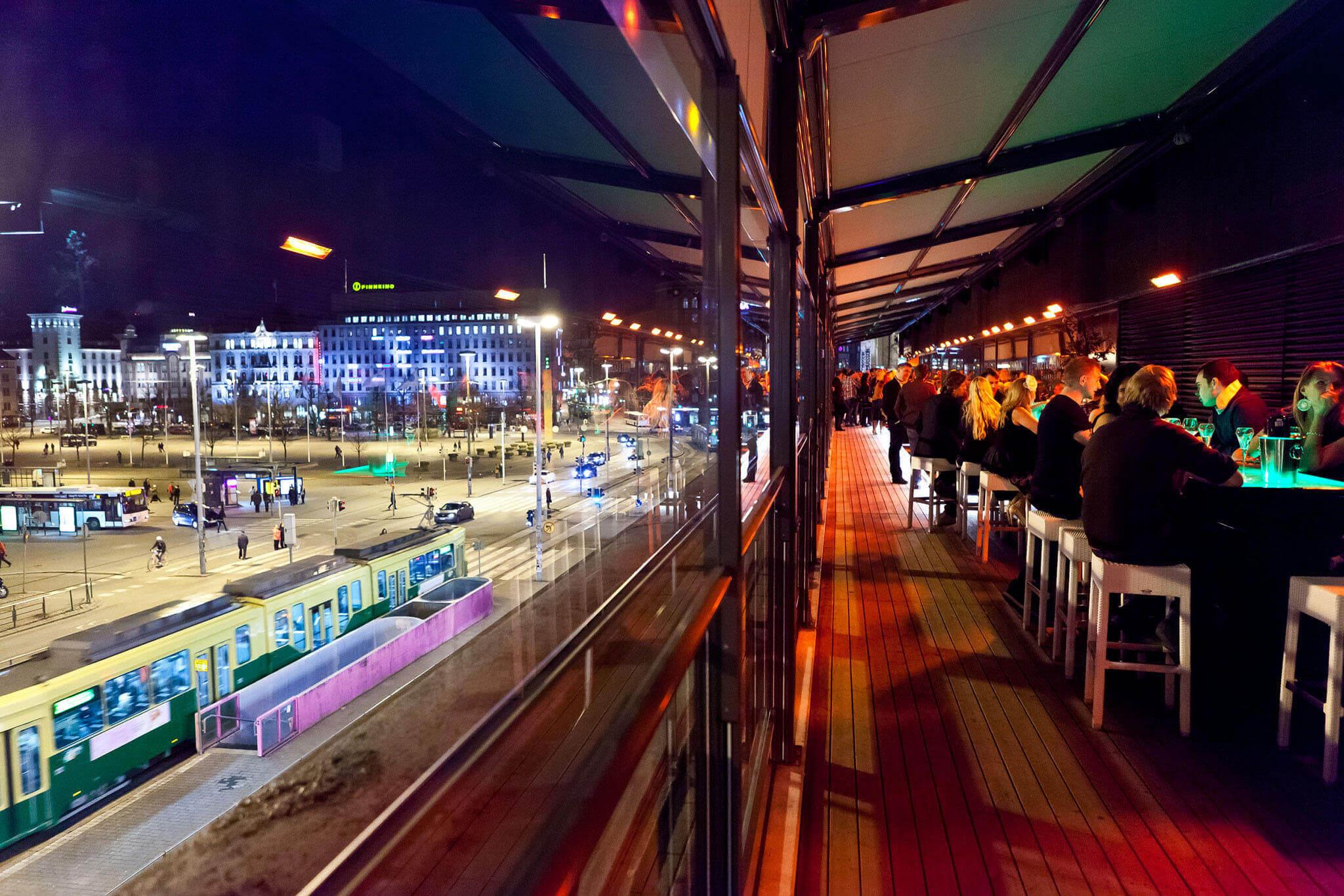 Pergola bei Restaurant oder Bar außen in der Nähe von Bahnhof