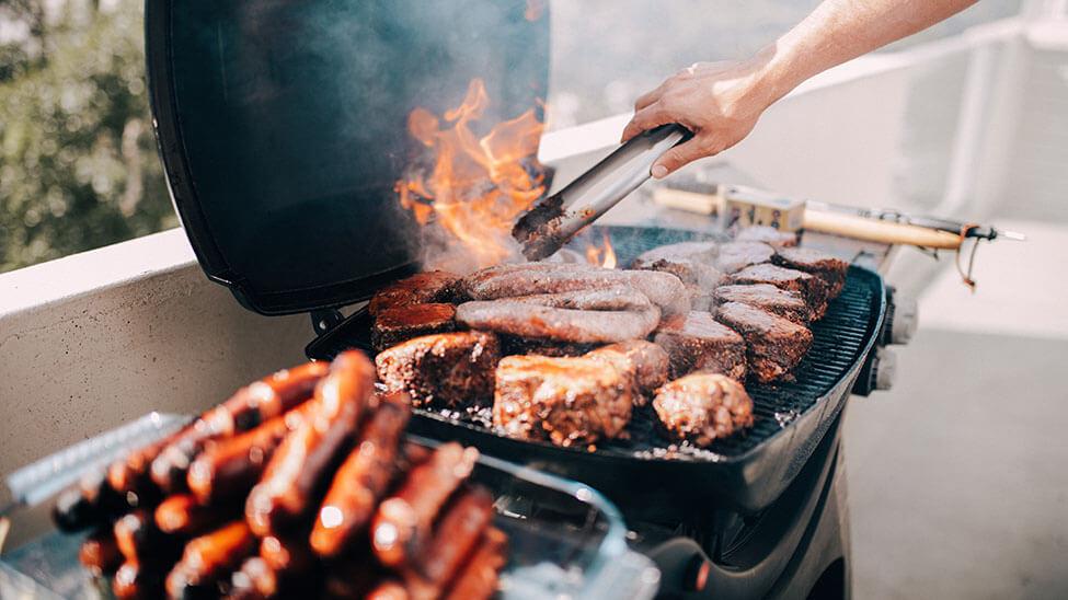 Steaks und Würstchen auf Grill